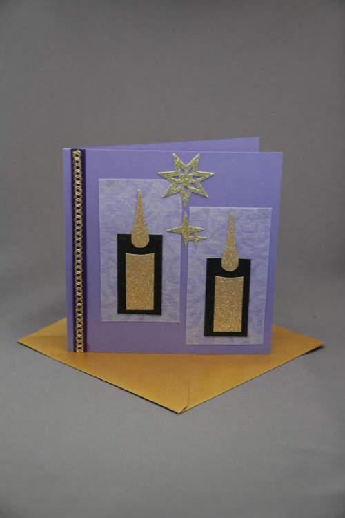 Weihnachtskarte mit Kerze in Lila