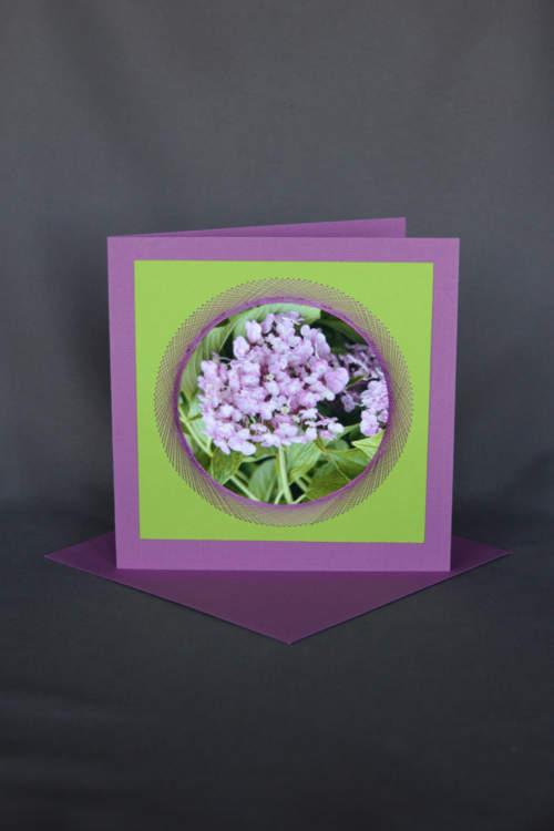 Blumenkarte mit violetten Fliederhortensien
