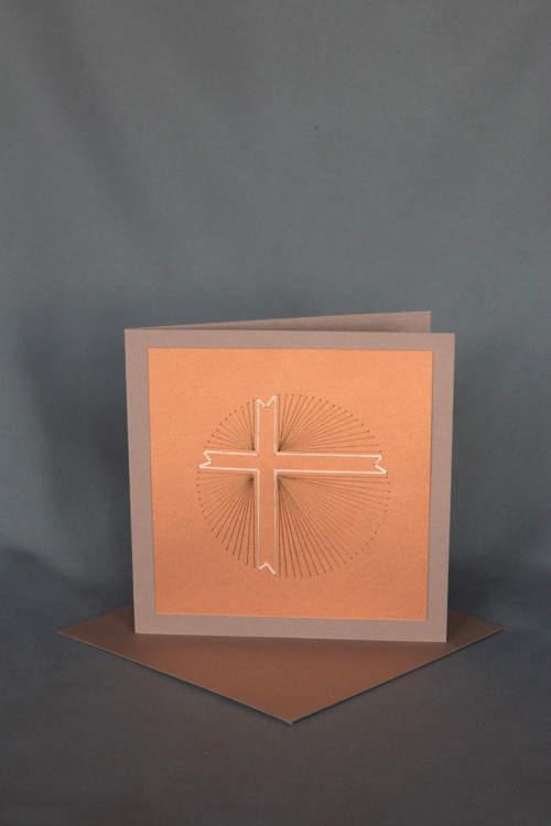 Gesticktes Strahlenkreuz auf rostbrauner Trauerkarte